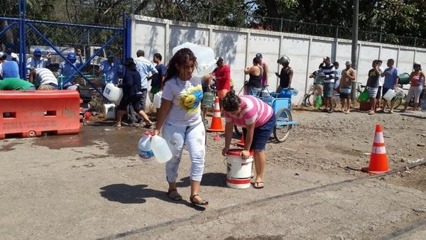 Los afactados se la jugaron para llevarse toda el agua que pudieran. Andrés Garita.