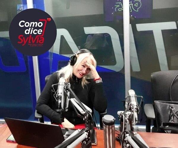 Sylvia Blanco en cabina, en su programa de Teletica Radio.