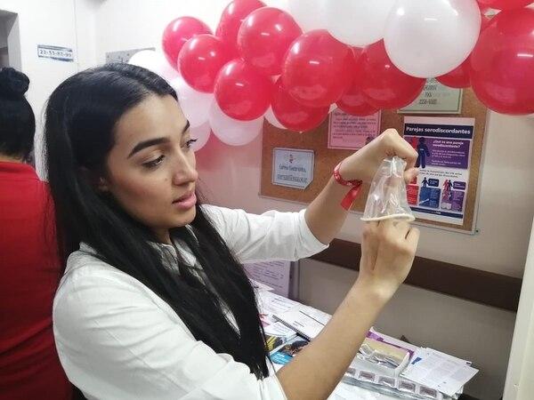 Franciny Méndez, enfermera de la Clínica de VIH, explica el uso del condón femenino para prevenir el contagio con la enfermedad. Foto: Cortesía Hospital San Juan de Dios.
