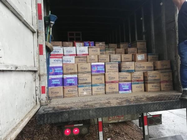 El camión iba repleto de cajas de jabón, chicles y pasta de dientes. Foto: PCF