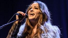 Cantante Alanis Morissette confesó que sufrió una violación grupal cuando tenía 15 años