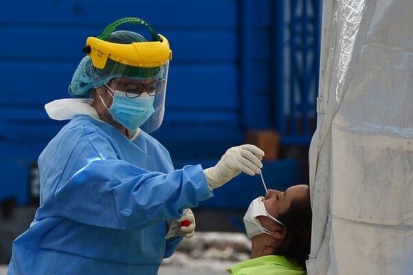 En la transmisión comunitaria es más difícil contener los contagios. (Photo by ORLANDO SIERRA / AFP)