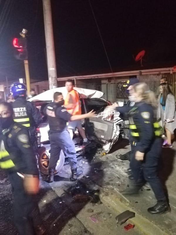 El carro de la familia pegó contra un poste. Foto cortesía.