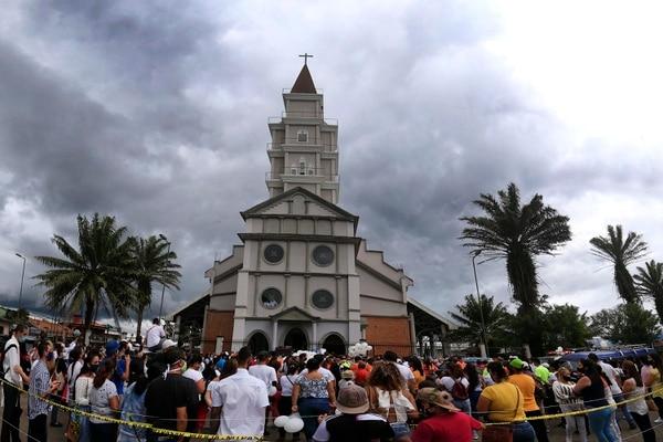 Decenas de personas vivieron la despedida de Allison afuera del templo. Foto: Rafael Pacheco.
