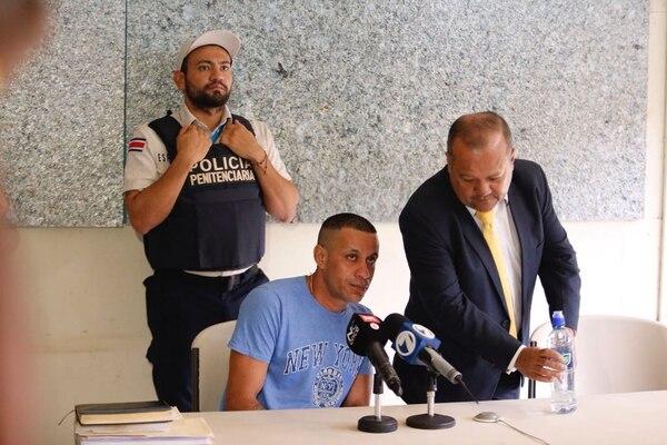 Esta ves el condenado estuvo atento a las palabras de su abogado y de la fiscal del caso. Foto: Albert Marín.