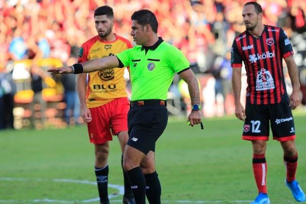 Hugo pudo haber marcado alguna diferencia si sanciona un penal y expulsa a como debió expulsar, pero ayudó al cero por cero. Foto: Rafael Pacheco