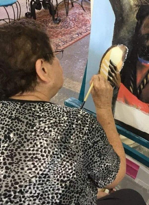 Doña Lilly dice que pintar es su pasatiempo favorito. Foto: Cortesía de Kassandra Quirós.