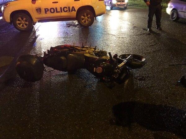 El furgón le pasó por encima a la moto y al conductor, según testigos. Foto: Cortesía