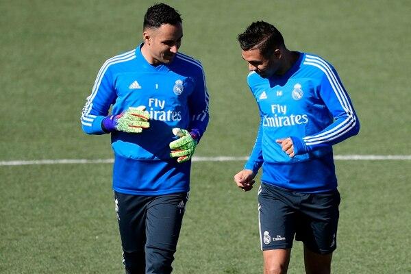 Keylor Navas junto a su compañero Casemiro, en uno de los entrenamientos del Real Madrid. El tico llegaría a 148 juegos este lunes en la primera española con Levante y Real Madrid. AFP