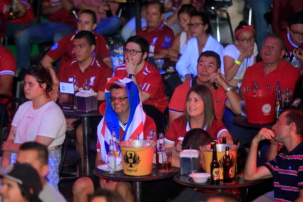 En Pepper no faltaron las birritas y una bandera costarricense. Foto: Rafael Pacheco