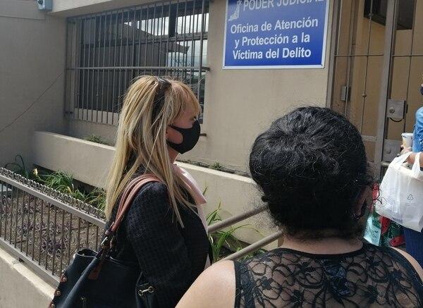 La abogada Angie Arce y la hermana de Paula presentaron la denuncia contra el sospechoso la tarde de este lunes. Foto keyna Calderón.