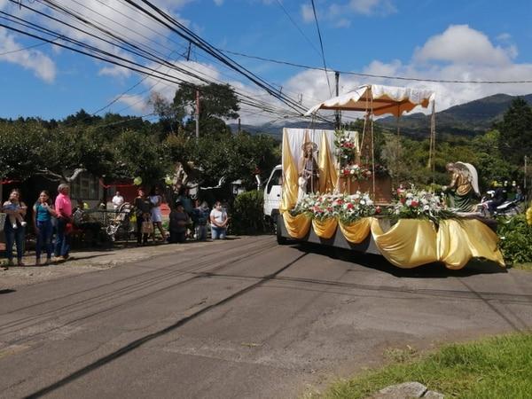 El paso de la caravana estuvo cargado de mucha alegría y devoción. Cortesía.