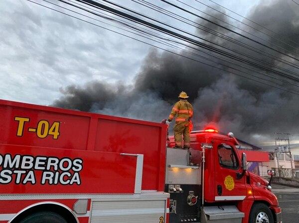 Los bomberos usaron más de 8 unidades extintoras para frenar el avance de las llamas. Fotos: Bomberos para LT