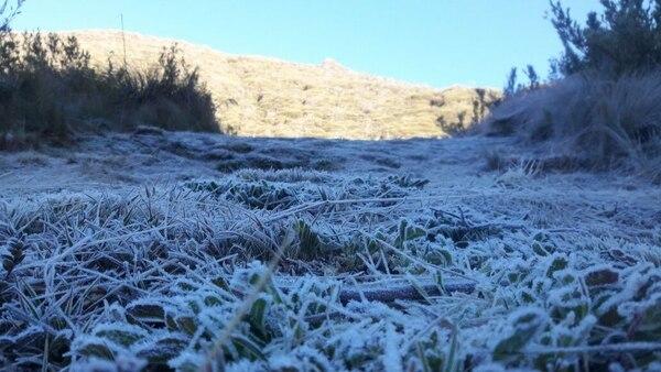 Por primera vez en este 2018 una alfombra blanca se acodó sobre la base Los Crestones en el cerro Chirripó. Cortesía.