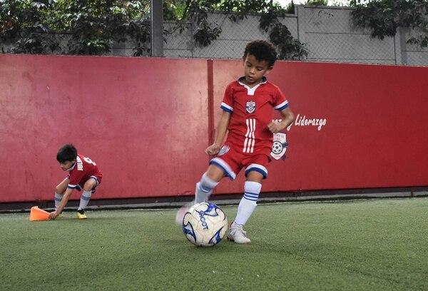A Arjen se le da bien patear con derecha y está aprendiendo a patear con izquierda. Carlos González/Agencia ojopor ojo.