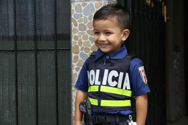 Matías Valerio Fonseca tiene 5 años de edad, pero desde los dos años ha querido ser Policía, su pasión nace en lo profundo de su corazón, pues ninguno de sus familiares es, ni ha sido, policía.