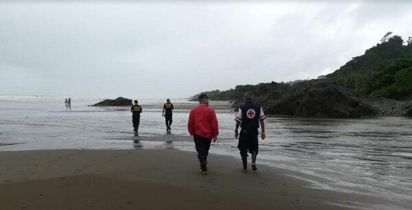 La Cruz Roja extendió la búsqueda en el mar, pues la quebrada va a dar a la playa. Fotos: Alfonso Quesada