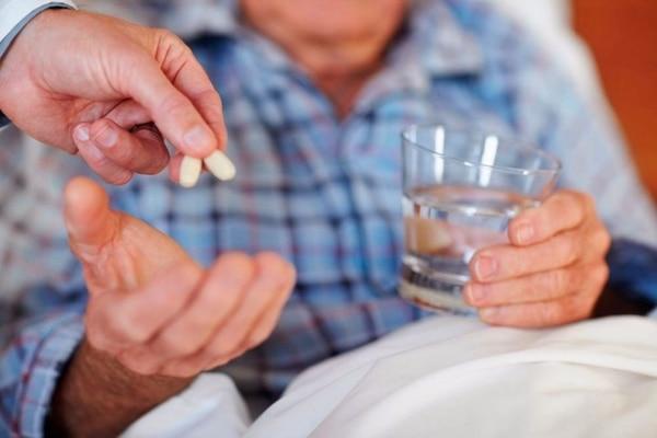 El hecho de ni siquiera darle los medicamentos a un adulto mayor que necesite ayuda es una forma de abandono por negligencia. Foto: Cortesía