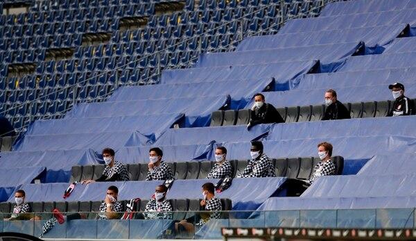 Los suplentes del cuadro del Frankfurt tuvieron que cumplir con la distancia social permitida, en el regreso de la Bundesliga. AFP
