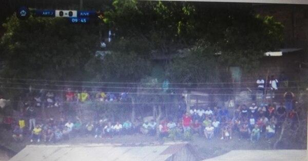 Este pelotero de gente fue en el juego entre Jalapa y Juventus. Foto: Youtube