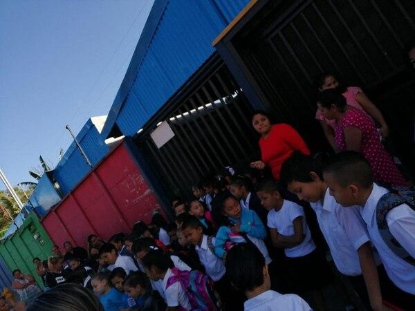 Los chiquitos de kínder, primero, segundo y tercer grado de escuela, se unieron al bloqueo. Foto cortesía de Alajuelita Informa.