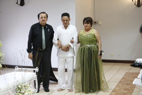 Benito Castro y Marielena Solís entregaron a Kenneth. Foto Adrián Soto.