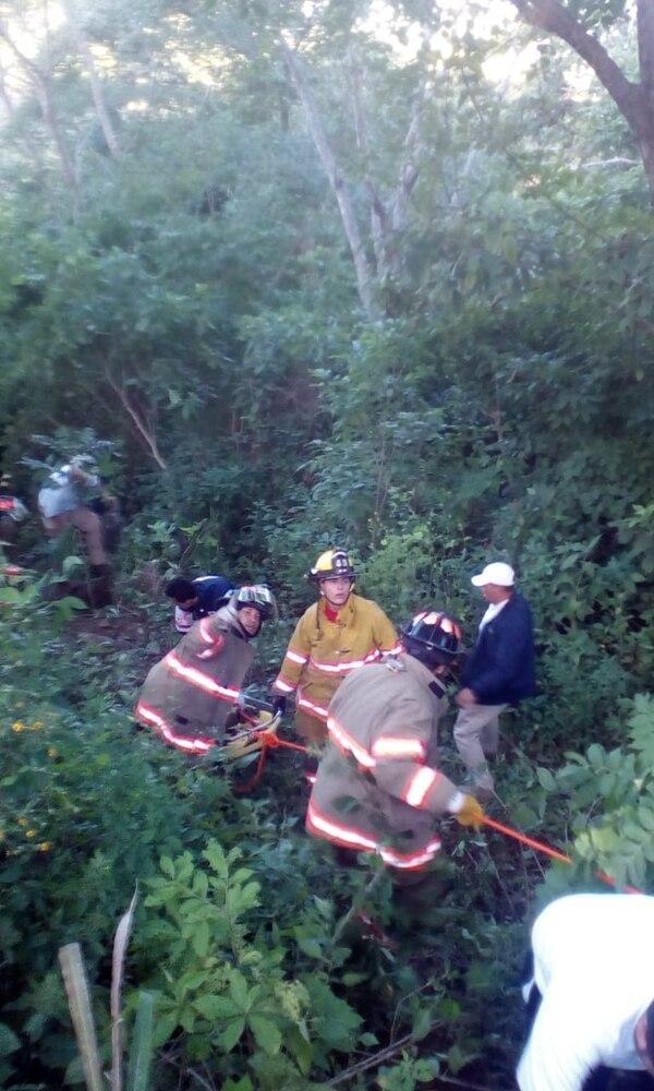 Los bomberos usaron camillas y equipo de cuerdas para sacar a los pasajeros golpeados. Foto cortesía Guana Noticias.