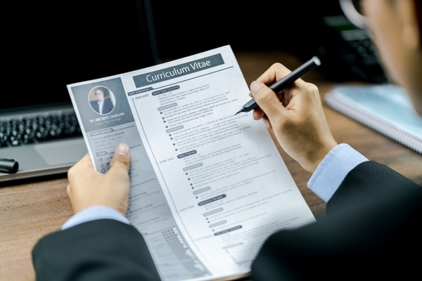 Si califica para alguno de los puestos mande su currículum lo antes posible. Foto: Shutterstock.