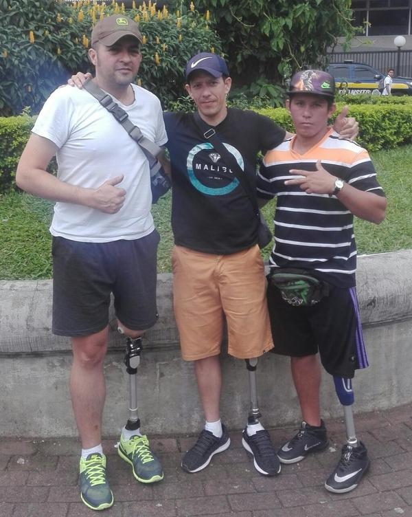 El sobreviviente ha encontrado a buenos amigos en este proceso, en la foto Eliécer y John. Foto: Cortesía