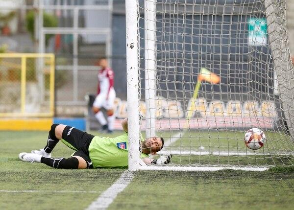 El balón se le escapó a Luis Torres en el primer pepino morado en un error de concentración de su parte. Foto: Albert Marín.