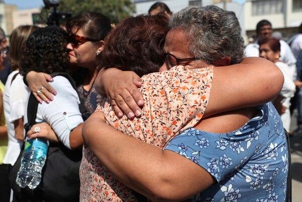 En las afueras del hospital decenas de personas lloraron su muerte Foto: AP.