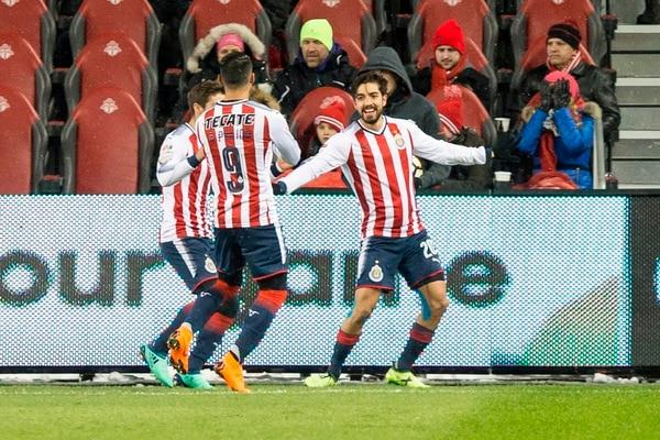 Rodolfo Pizarro adelantó a las Chivas a los 2 minutos. Foto AP