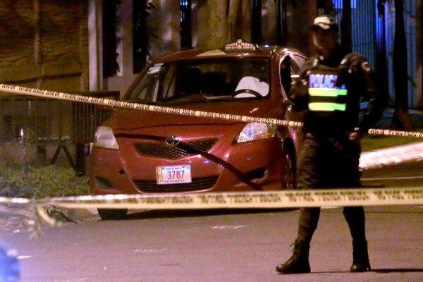 El taxista fue encontrado sin vida en el asiento del conductor. Foto Rafael Pacheco.