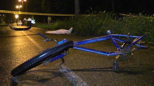 El búmper quedó a unos 20 metros de la bicicleta. Foto: Andrés Garita.