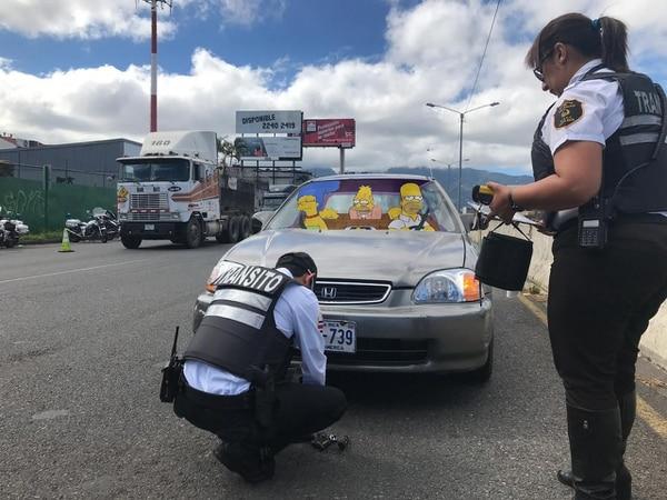 Nadie les explicó lo de la restricción vehicular y les bajaron las placas. Montaje Francela Zamora.