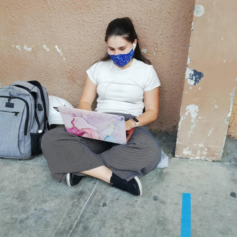 María Laura Gutiérrez, de 24 años y quien padece asma, llegó a vacunarse al hospital San Juan de Dios este viernes 16 de julio, mientras hacía la fila estaba teletrabajando.