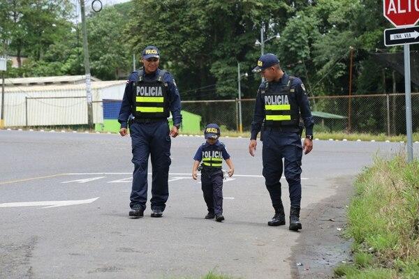 Matí hizo un recorrido por las calles de Siquirres para vigilar que todo estuviera en orden. Foto MSP
