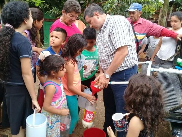 Don Además no se pudo quedar de brazos cruzados ante la necesidad que hay en estas comunidades. Foto Marvin Gamboa.
