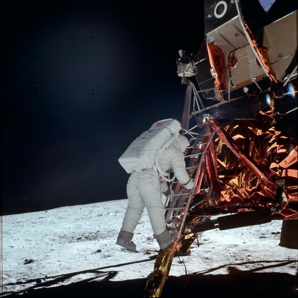 Cada escalón que bajó Aldrin fue documentado con fotografías que tomó Armstrong. Foto NASA por medio de AP.