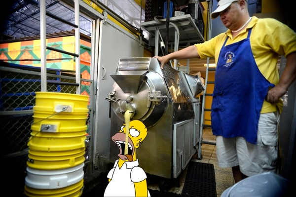 En su paseo por el mercado Central de Chepe, Homero cayó de cabeza en la heladería de don Lolo Mora y quedó como loco con los famosos helados de sorbetera. Montaje Francela Zamora.
