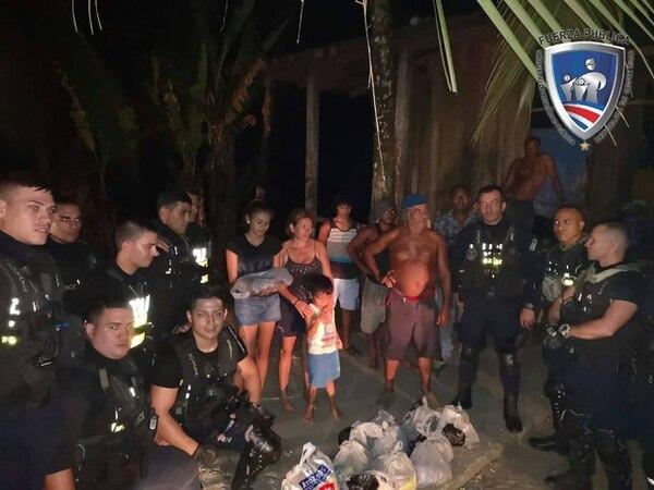 La familia no sabía ni qué decir cuando los oficiales llegaron a darles la ayuda. Foto: MSP.