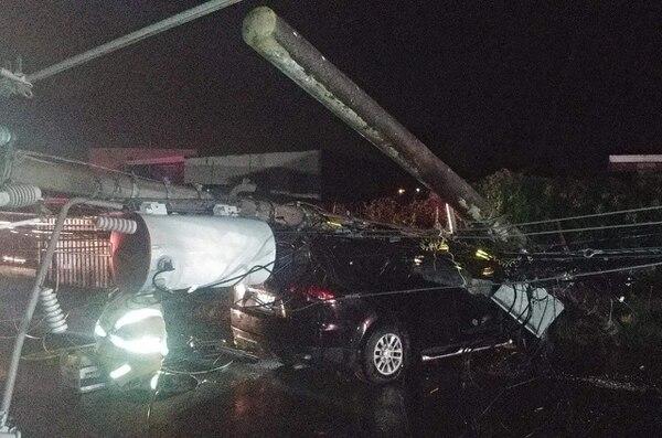 Los socorristas tuvieron que usar equipo especial para sacar a los ocupantes del carro. Foto: Cortesía