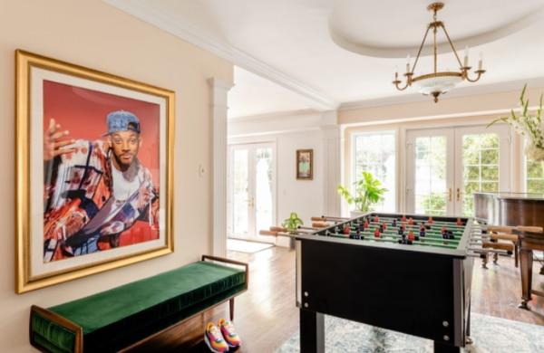 La mansión en su interior tiene varios recuerdos de la serie pese a que esta se grabó en su mayoría en un set de televisión. Instagram y Airbnb