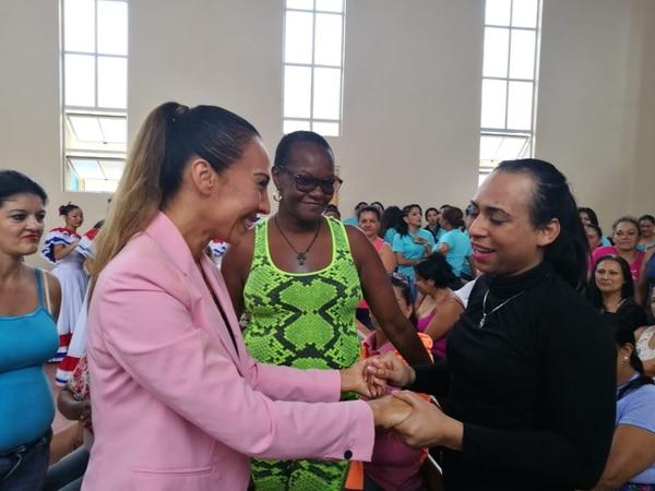 Mónica Naranjo repartió muchos abrazos y sonrisas a su llegada al Buen Pastor. Erick Quirós