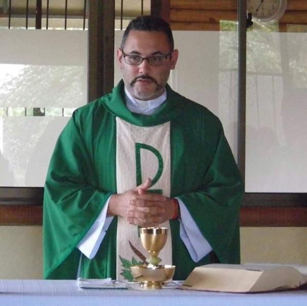 El padre Abraham es el cura párroco de la parroquia San Rafael de Guatuso. Tomada de Facebook.