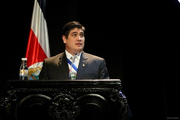 El presidente Carlos Alvarado dio el anuncio de la reducción de su salario en el discurso a los diputados. Foto: Cortesía Presidencia