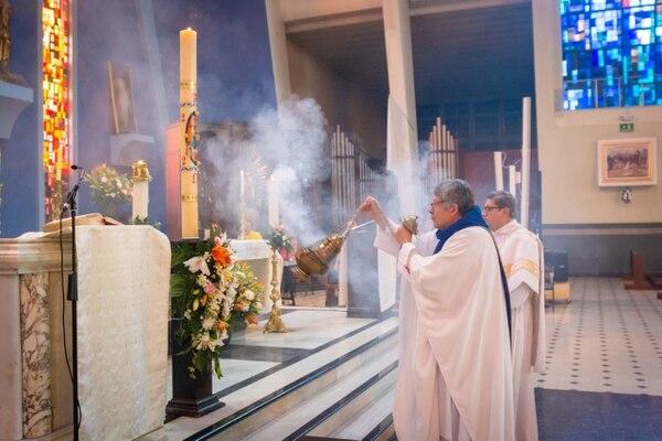 El padre Vïctor Monge celebró la misa de Pascua de Resurrección de forma virtual en la parroquia Nuestra Señora de Guadalupe. Foto: Tomada de Facebook de la iglesia