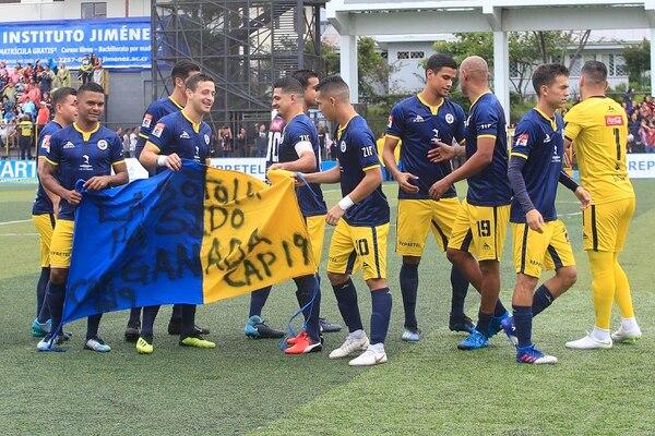 Con una manta y un gran mensaje los jugadores de Guadalupe recibieron a su capitán. Foto Rafael Pacheco