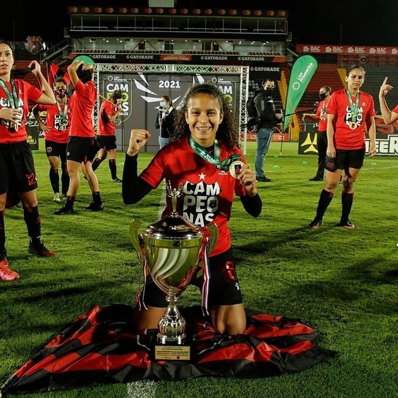 Marilenis Oporta, jugadora de Alajuelense que se tatuó la copa. Cortesía.