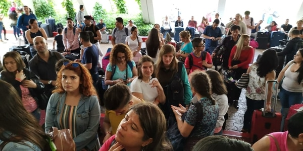 La cancelación del vuelo se dio ante la situación de los 180 ticos que esperaron más de 4 horas por sus habitaciones en Cancún. Foto cortesía.